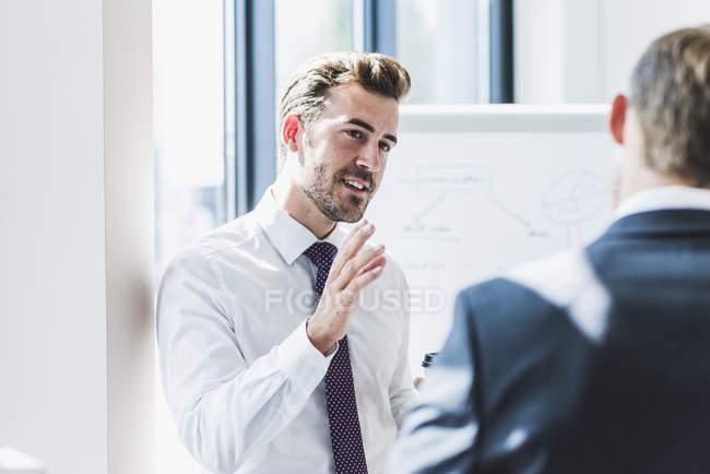 Zwei Geschäftsleute diskutieren im Amt — Stockfoto