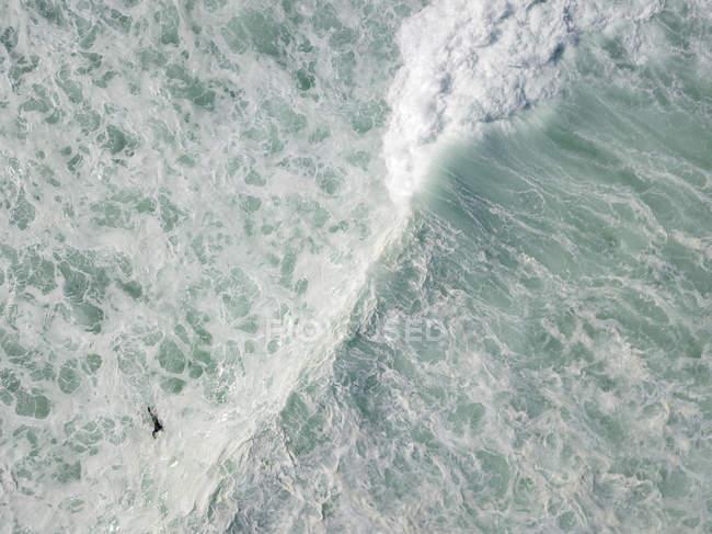 Индонезия, Бали, Вид с воздуха на пляж Бальнган, серфер — стоковое фото