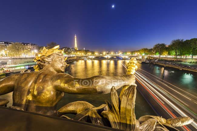 France, Paris, Tour Eiffel, Vue du pont Pont Alexandre Iii, Seine, sculpture en bronze à l'heure bleue — Photo de stock
