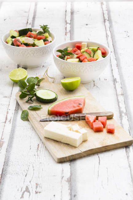 Арбузный салат с соусом из феты, огурца, мяты и лайма — стоковое фото