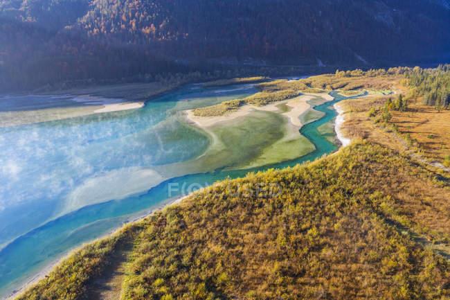Germania, Lenggries, Isarwinkel, Veduta aerea del fiume Isar, affluente della diga di Sylvenstein in autunno — Foto stock