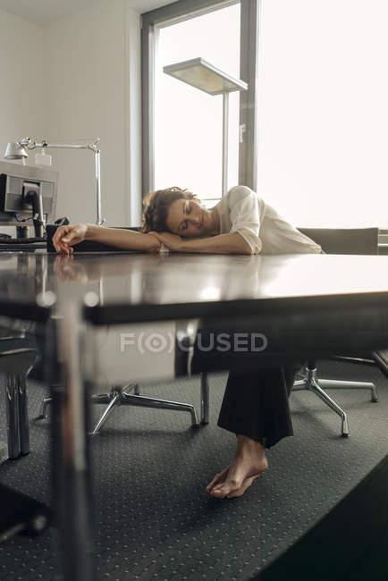 Empresária cansada, dormindo na mesa dela — Fotografia de Stock