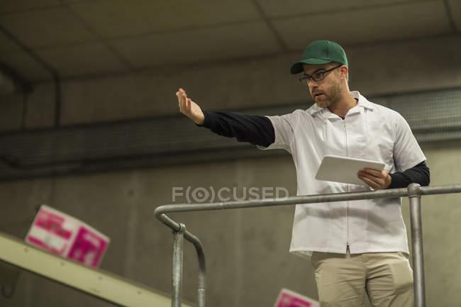 Arbeiter unterrichten in Fabrik — Stockfoto