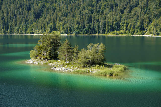 Germany, Upper Bavaria, view to Ludwigsinsel at Lake Eibsee — Stock Photo