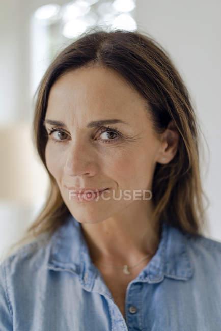 Retrato de mujer morena madura confiada - foto de stock