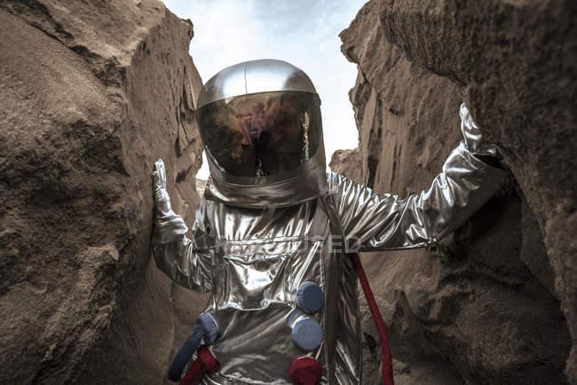 Spaceman que explora o planeta sem nome, examinando a garganta — Fotografia de Stock