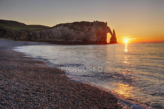 France, Normandy, Cote d'Albatre, rock coast of Etretat by sunset — Stock Photo