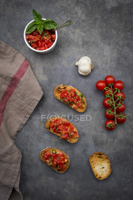 Bruschetta with tomato, basil, garlic and white bread — Stockfoto
