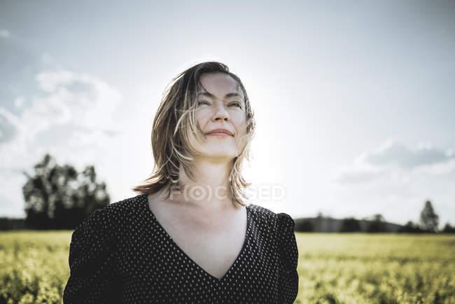 Retrato de mujer soñadora en el campo de la violación - foto de stock