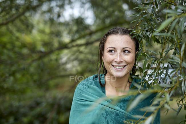 Портрет у Ластовинні молодої жінки з мокрим обличчям і волоссям, загорнуті в рушник — стокове фото