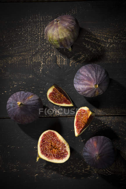 Figs on dark wood — Stock Photo