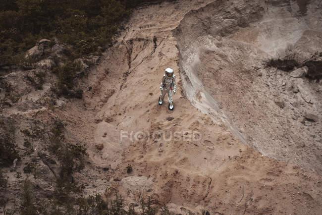 Spaceman que explora o planeta sem nome ao estar no deserto — Fotografia de Stock