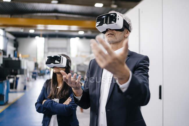 Бизнесмен и предпринимательница на высокотехнологичном предприятии, используя очки VR — стоковое фото