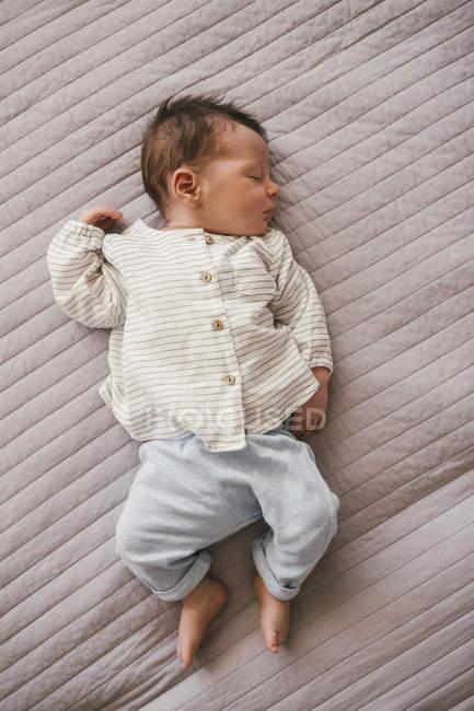 Новорожденный мальчик спит на одеяле — стоковое фото