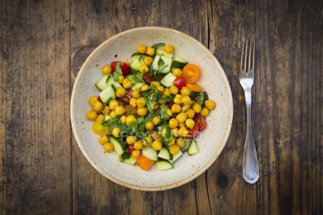 Salade de pois chiches avec curcuma, pois chiches rôtis, concombre, tomate et persil — Photo de stock