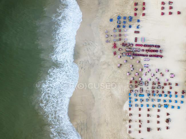 Indonesia, Bali, Veduta aerea della spiaggia di Jimbaran, Ristorante sulla spiaggia — Foto stock