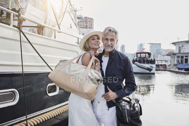 Мужчина и молодая женщина с разницей в возрасте стоял рядом с яхтой — стоковое фото