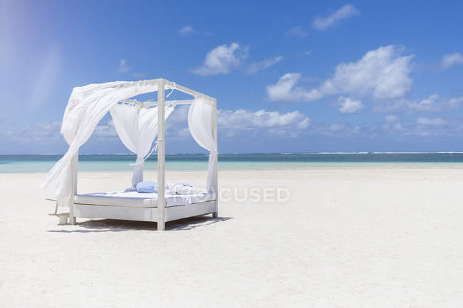Mauritius, Belle Mare, white beach bed at beach, blue sky and clouds — Photo de stock