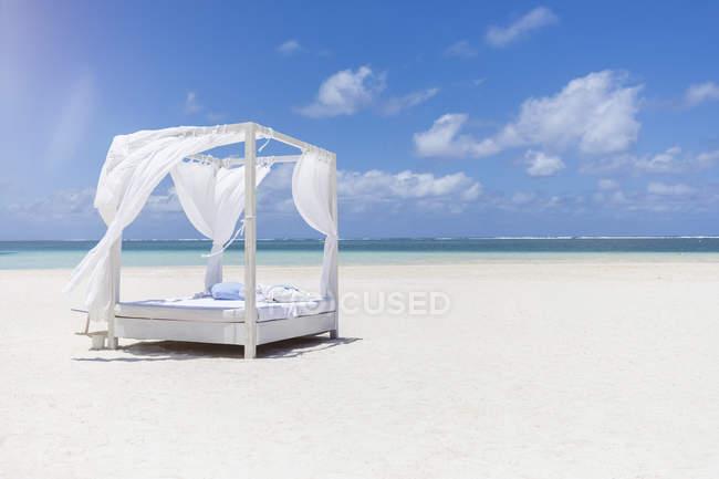 Maurice, Belle Mare, lit de plage blanc à la plage, ciel bleu et nuages — Photo de stock