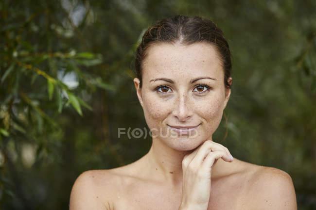Ritratto di giovane donna lentigginosa in natura — Foto stock