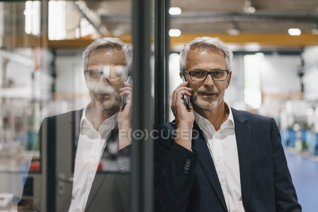 Manager telefoniert in Hightech-Unternehmen — Stockfoto