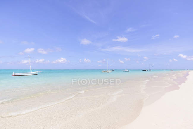 Mauritius, Grand Port District, Pointe d'Esny, sailing boats in turquoise water, blue sky and clouds — Fotografia de Stock