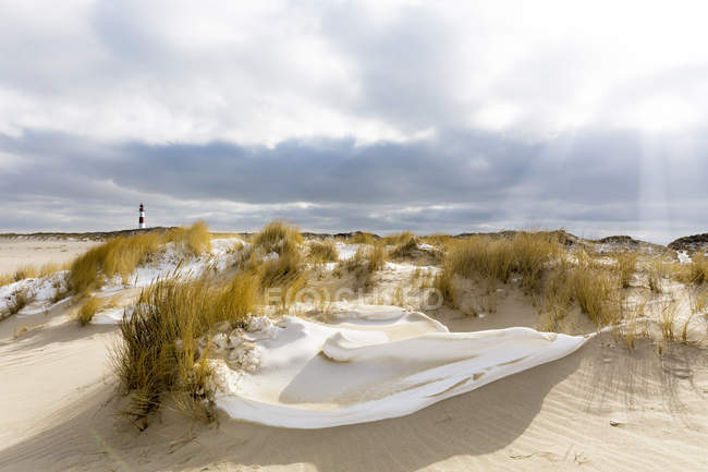 Germany, Schleswig-Holstein, Sylt, beach, dune and lighthouse in winter — Stockfoto