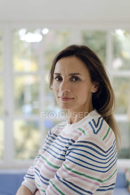 Portrait de femme mature confiante à la maison — Photo de stock