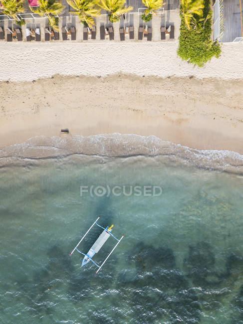 Indonesia, Bali, Spiaggia di Sanur, Veduta aerea della barca tradizionale — Foto stock