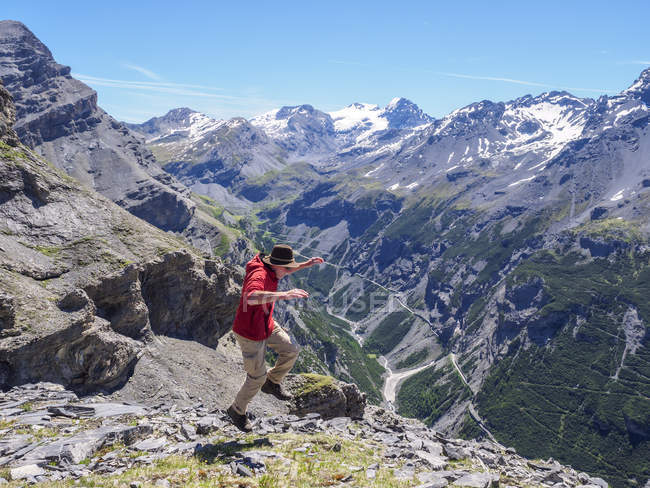 Italy, Lombardy, Sondrio, hiker jumping with view to Stelvio Pass and Ortler — Stock Photo