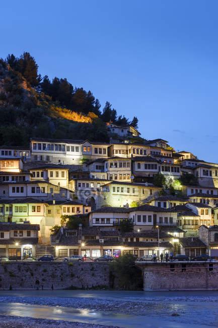 Албания, Берат Каунти, Берат, Мангалем, река Осум, Османские дома в голубой час — стоковое фото