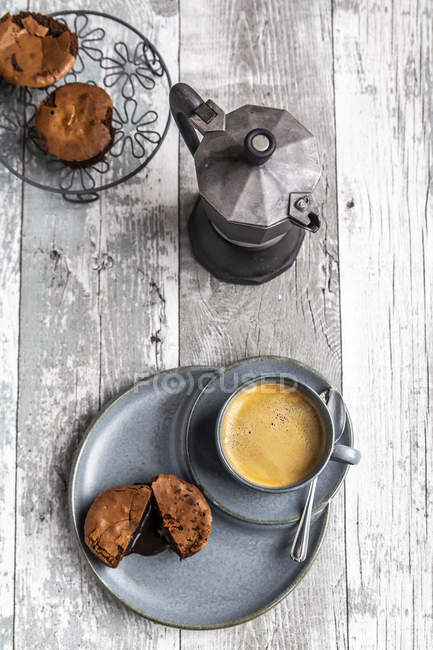Schokoladen-Muffin mit flüssiger Schokolade auf Teller mit Kaffeetasse — Stockfoto