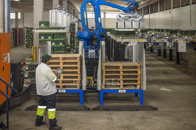Máquina de comprobación del trabajador, progreso - foto de stock