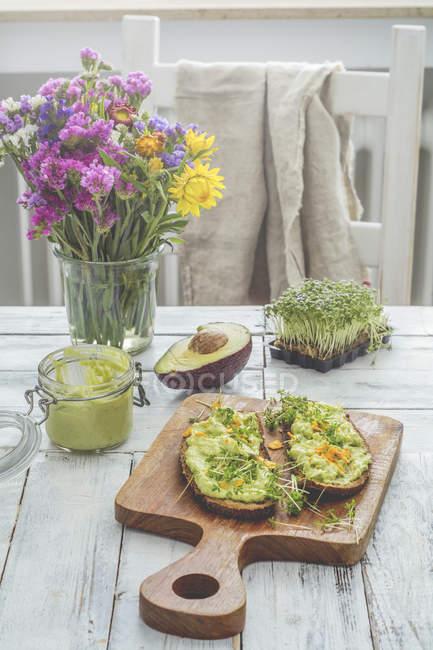 Два скибочки хліба з кремом з авокадо і натос — стокове фото