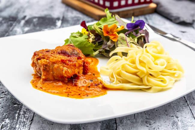 Filet de porc toscan aux tagliatelles et salade — Photo de stock