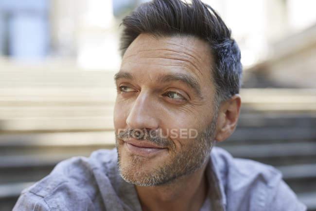 Retrato de homem maduro com restolho assistindo algo — Fotografia de Stock