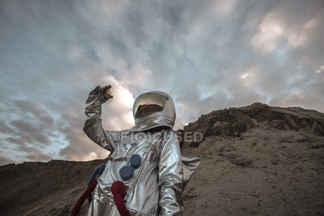 Homem do espaço no planeta sem nome, a recolher amostras de rocha — Fotografia de Stock