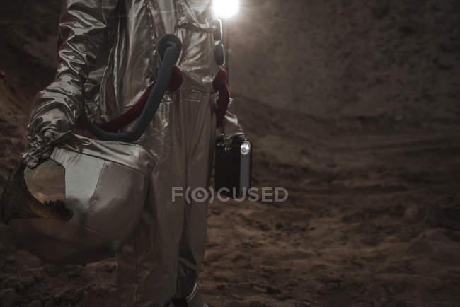 Primo piano dello spaceman che esplora il pianeta senza nome, tenendo la torcia — Foto stock