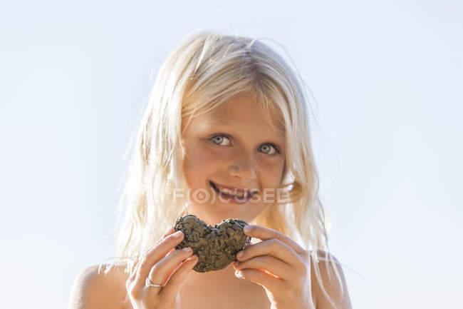 Ritratto di ragazza bionda con il cuore in mano — Foto stock