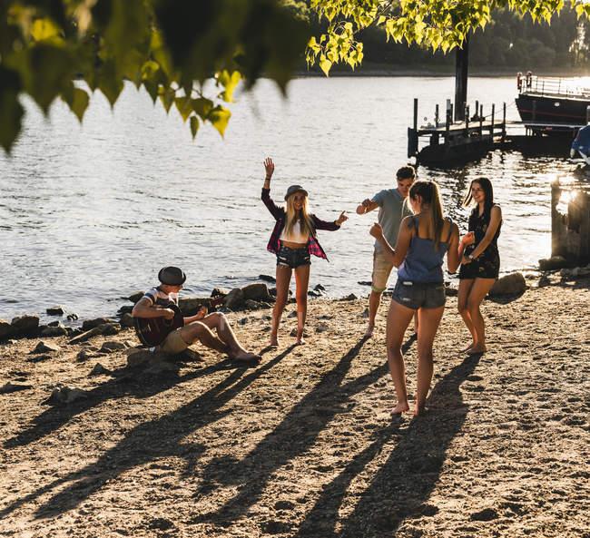 Gruppe von Freunden feiert am Flussufer — Stockfoto