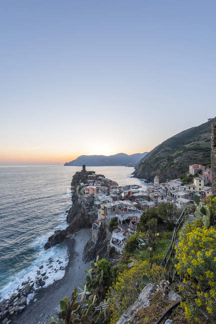 Italy, Liguria, La Spezia, Cinque Terre National Park, Vernazza in the evening light — стоковое фото