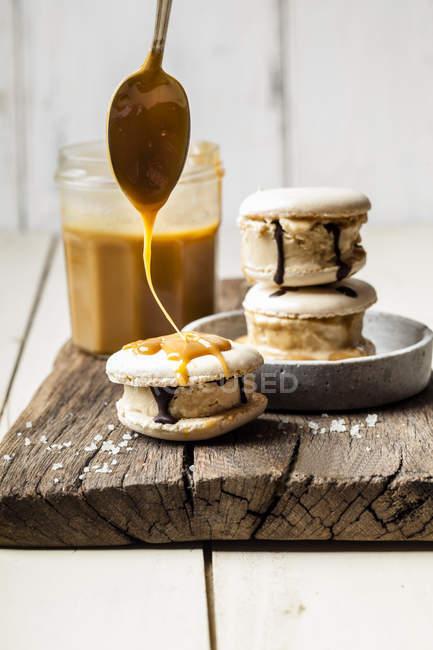 Macarons gefüllt mit gesalzenem Karamelleis — Stockfoto
