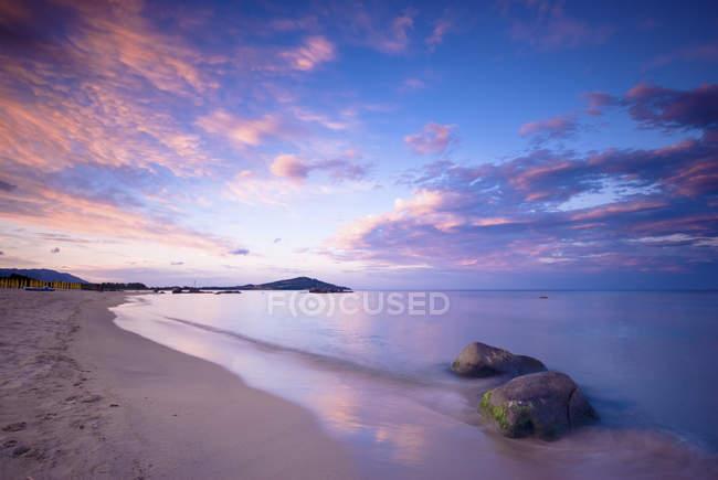 Itália, Sardenha, praia romântica ao pôr do sol — Fotografia de Stock