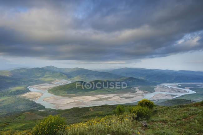 Albânia, Condado de Fier, vista de Byllis ao Rio de Aooes na luz da manhã — Fotografia de Stock