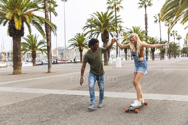 Spagna, Barcellona, giovane che insegna skateboard alla sua ragazza — Foto stock