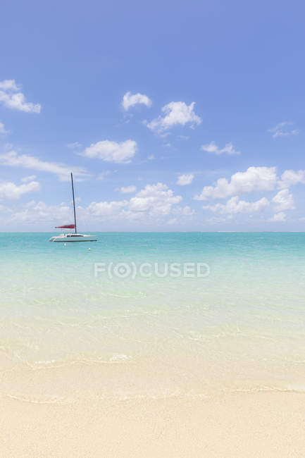 Mauritius, Grand Port District, Pointe d'Esny, sailing boat in turquoise water, blue sky and clouds — Fotografia de Stock