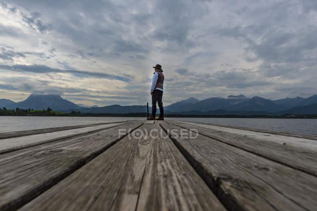 Germany, Bavaria, Allgaeu, Lake Hopfensee, woman standing on jetty — Stock Photo