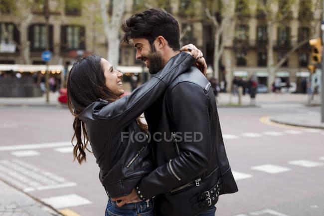 Felice giovane coppia che abbraccia sulla strada — Foto stock