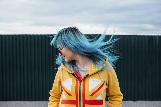 Молодая женщина с окрашенными голубыми волосами на улице — стоковое фото
