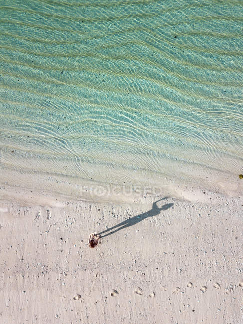 Indonesia, Bali, Melasti, Vista aérea de la playa de Karma Kandara, mujer de pie en la playa - foto de stock